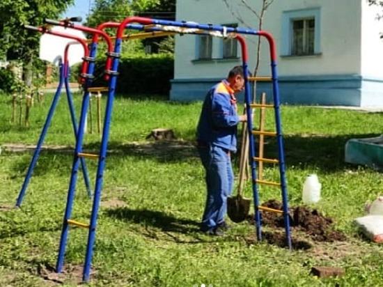 В одном из дворов Серпухова обновляют площадку для детских игр
