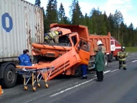 Два тяжеловоза не поделили дорогу под Архангельском