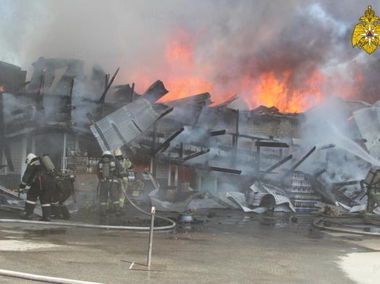 Спасатели эвакуировали 120 человек во время пожара на барнаульском рынке