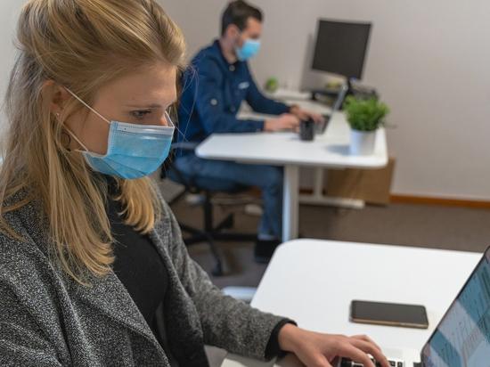 Жители Хакасии стали чаще заражаться коронавирусом на рабочих местах