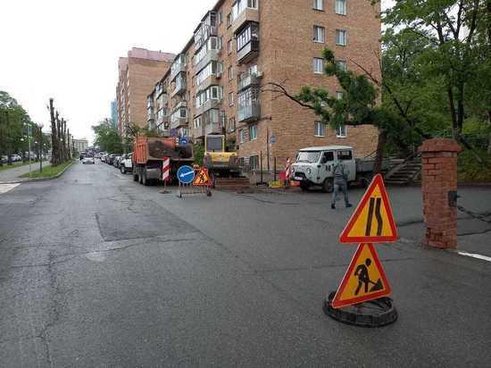 Во Владивостоке перекрыли проезд по важной дороге из-за прорыва труб