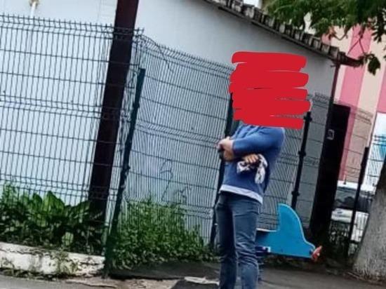 Мужчина душил чужого ребенка на детской площадке в Приморье