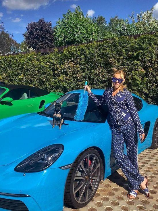 «Пошлость зашкаливает»: подписчики прокомментировали Рудковскую с щеткой для пыли у Porsche