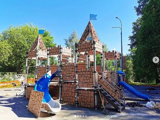 В липицком парке под Серпуховом устанавливают детский городок