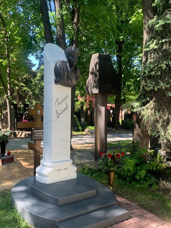 Посетителей Новодевичьего кладбища напугал уродливый памятник Галине Волчек