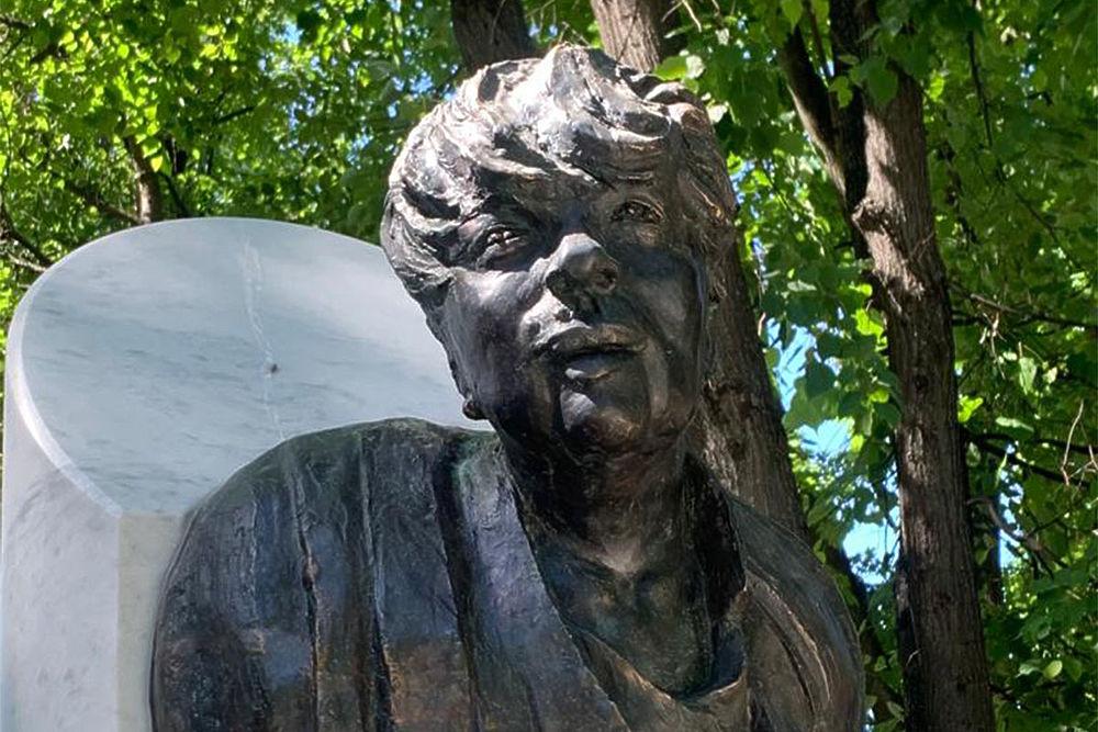 Кадры безобразного памятника Галине Волчек на Новодевичьем: «Мужик в пиджаке»