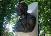 Памятник, который на днях появился на могиле Галине Волчек на Новодевичьем кладбище, вызвал единодушную реакцию людей: «ужасно», «безобразно», «на себя не похожа»