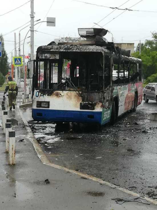 В Кемерове посреди улицы в Ленинском районе сгорел троллейбус