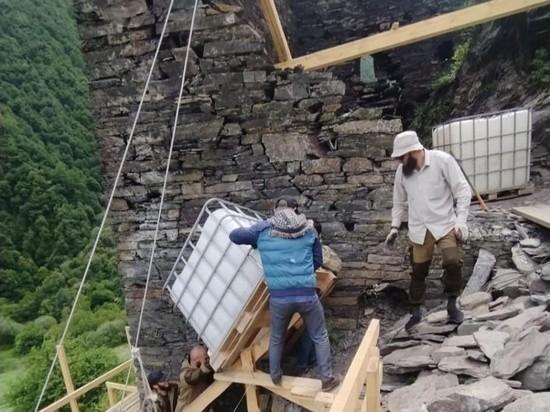 Старинные башни и склеп реставрируют в горах Чечни
