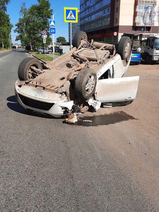 В Кирове в результате аварии опрокинулись две машины