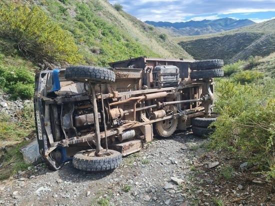 Водитель, совершивший в Туве опрокидывание грузовика, скрылся с места ДТП