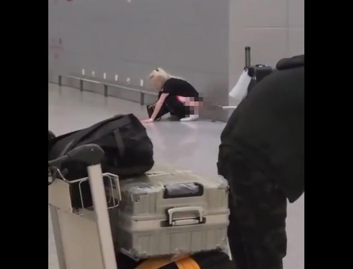 """Россиянка помочилась на регистрации в аэропорту Шанхая: """"Вери гуд!"""""""
