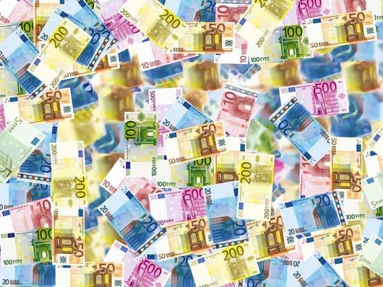 Названы три валюты, в которые стоит переложить сбережения из доллара