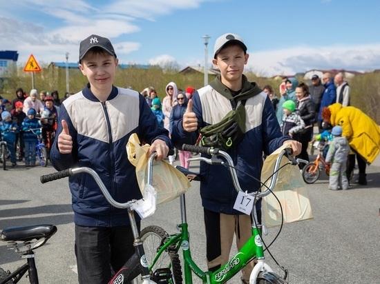 Велосипеды и сувениры на велопараде дарили детям из Салехарда