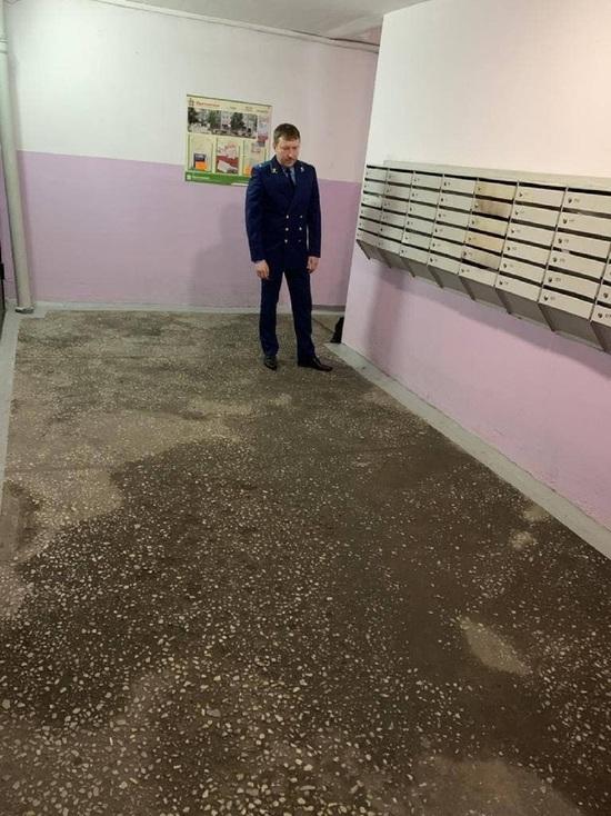 Прокуратура провела проверку в затопленном жилом подъезде новокузнецкого дома