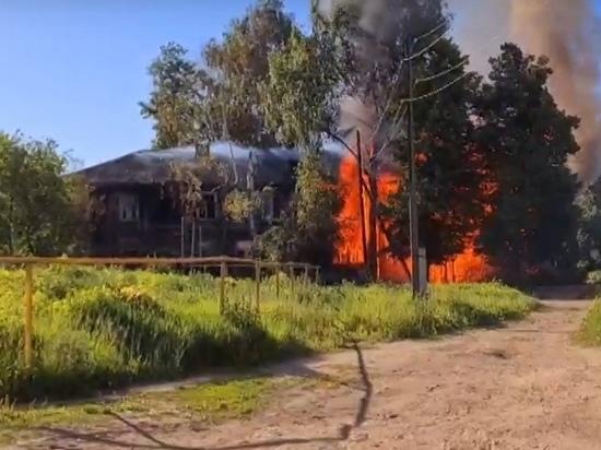 В Волжске пожарные тушили расселенный двухэтажный барак