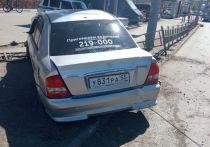 В городке Нефтяников в Омске водитель иномарки устроил аварию и убежал, бросив машину