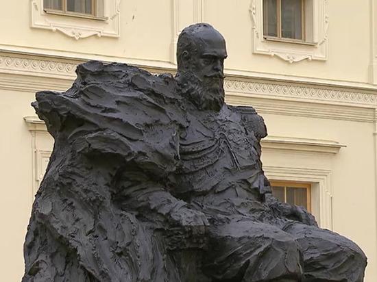 На открытом Путиным памятнике Александру III нашли шестиконечную звезду