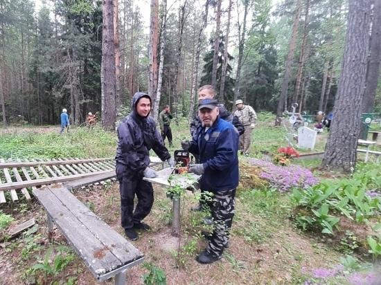 Жители Марий Эл организовали субботник на кладбище