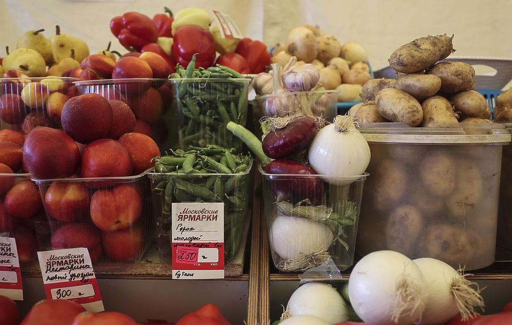 Летние овощи и фрукты заполонили рынки выходного дня: фото ценников