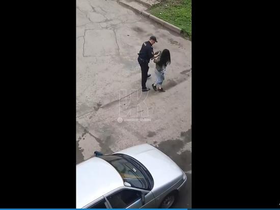 В центре Кемерова полиция задержала девушку 16-ти лет, пинавшую свою ровесницу