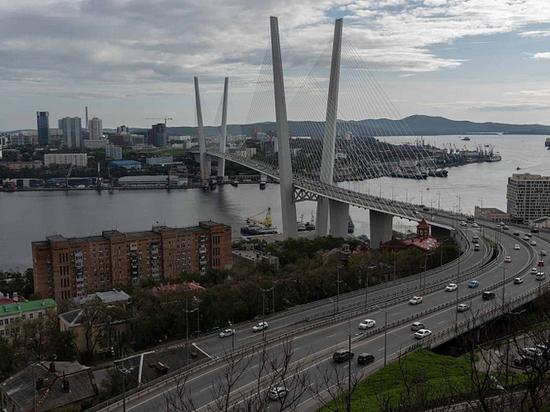 Житель Владивостока решил обогнать пробку на параплане