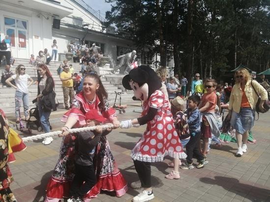 Ростовые куклы прошли парадом по набережной Хабаровска