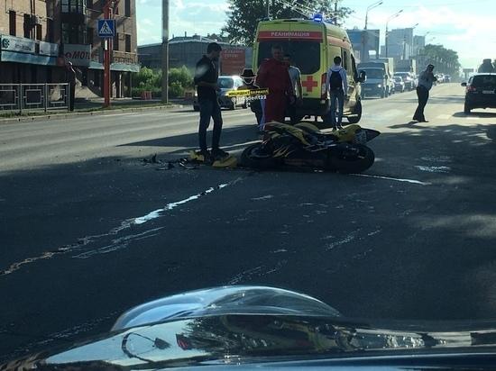 Мотоциклист серьезно пострадал в ДТП с автомобилем в Барнауле