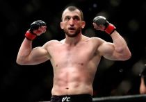 Хабиб Нурмагомедов может подписать контракт с футбольным клубом, Муслим Салихов побеждает в UFC, а Тайрон Вудли перешел в бои на голых кулаках. «МК-Спорт» рассказывает о главных событиях в мире смешанных единоборств за прошедшую неделю.