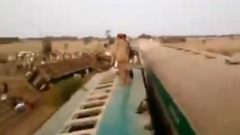 В Пакистане столкнулись два переполненных пассажирских поезда: видео