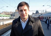 Дмитрий Песков заявил журналистам, что в Кремле не отслеживают ситуацию вокруг оппозиционера Дмитрия Гудкова и, в частности, его отъезд за границу