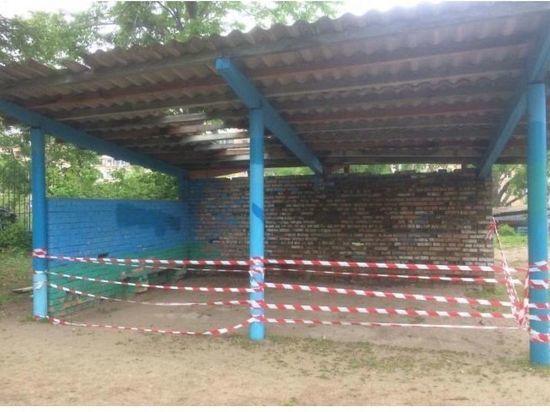 Во Владивостоке обвалилась крыша беседки в детском саду