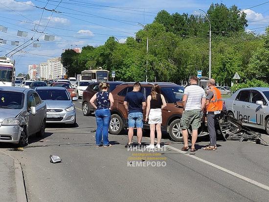 Иномарка попала в серьезную аварию на оживленном проспекте в Кемерове