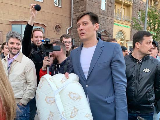 Пособие по уходу: как власть выпроваживала за границу Дмитрия Гудкова