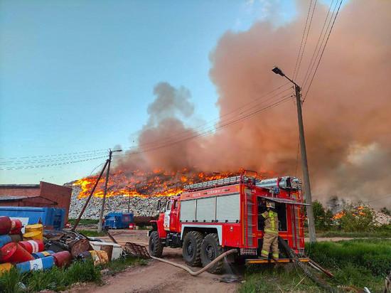Вблизи Кирова полыхает полигон в Лубягино. Пожарные будут работать всю ночь