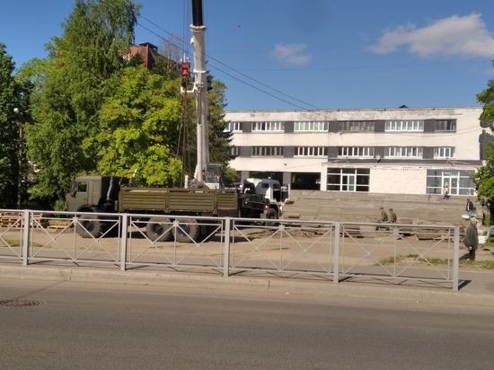 В настоящее время возле Ломоносовского Дворца культуры, расположенного на улице Никитова в Архангельске, проводятся работы по благоустройству в рамках федеральной программы
