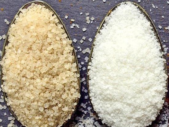 Диетолог перечислил полезные свойства белого и коричневого сахара