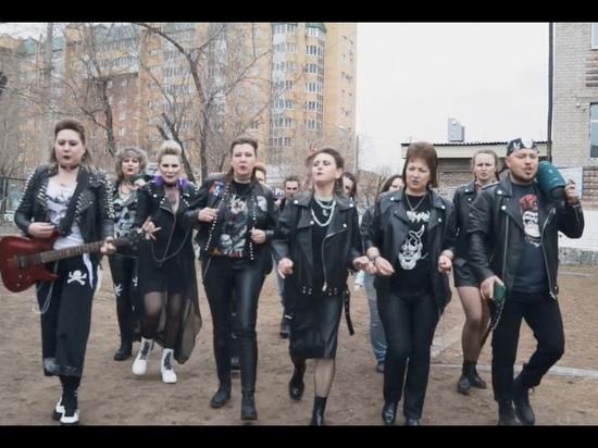 Родители выпускников школы Читы рассказали, как снимали панк-клип на песню КиШа