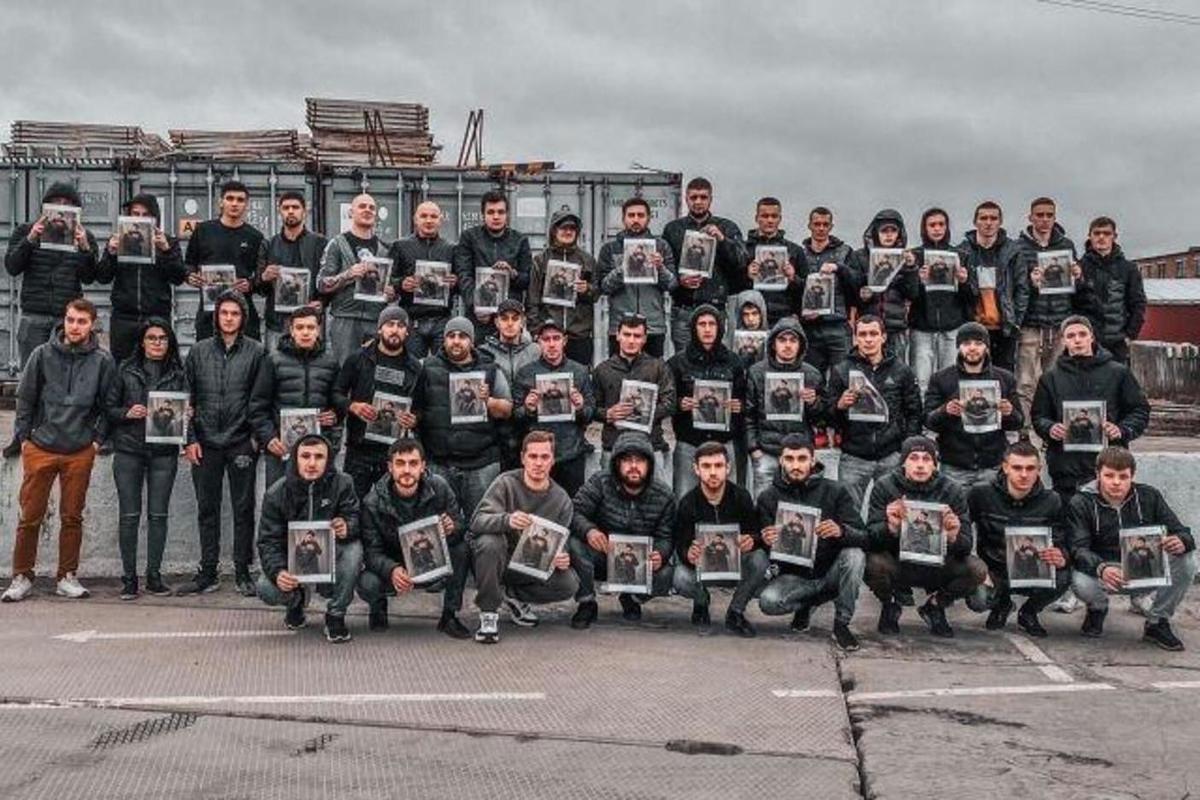 Азербайджанцы держат в руках фото убитого парня!