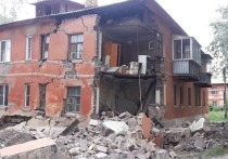 В Челябинске у старой двухэтажки обрушилась стена, жильцы в шоке