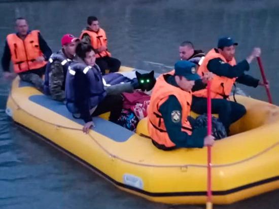 Алтайские пожарные спасли троих туристов в лодке и собаку