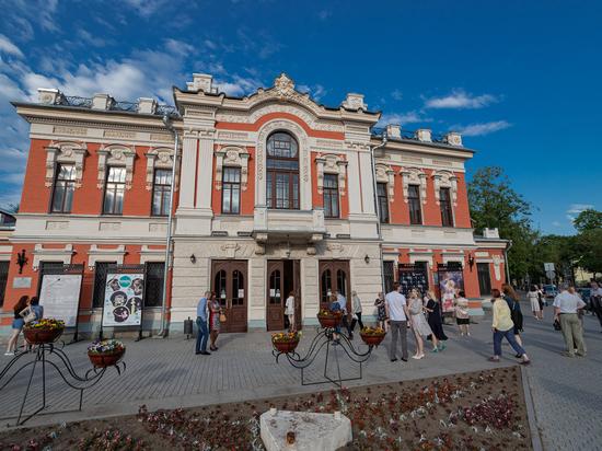 Псковский театр начал продавать билеты на спектакли августа со скидкой 30%