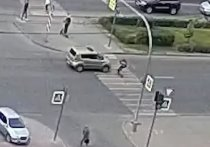 В Челябинске легковушка сбила девушку на электросамокате