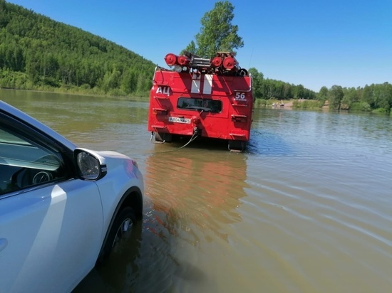 Спасатели эвакуировали автомобиль Toyota Rav4 после попытки пересечь перелив