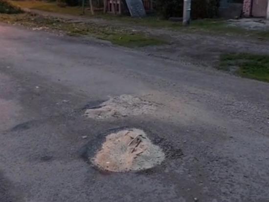 Кемеровские власти отреагировали на отремонтированную опилками дорогу