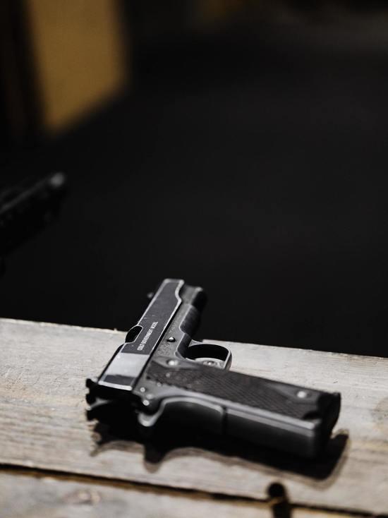 Пскович на остановке дважды выстрелил в голову мужчине