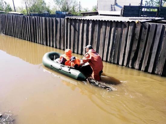 В Туве спасатели продолжают оказывать жителям подтопленных участков