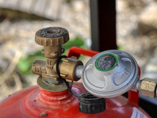 Пожарные вытащили газовый баллон из горящего дома в Чите