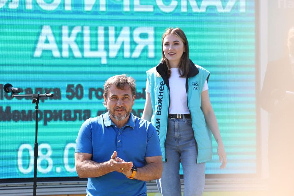 В Петербурге у монумента «Ополченцы» высадили голубые ели