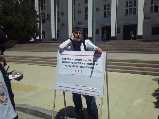Дагестанский врач вновь пикетирует на площади
